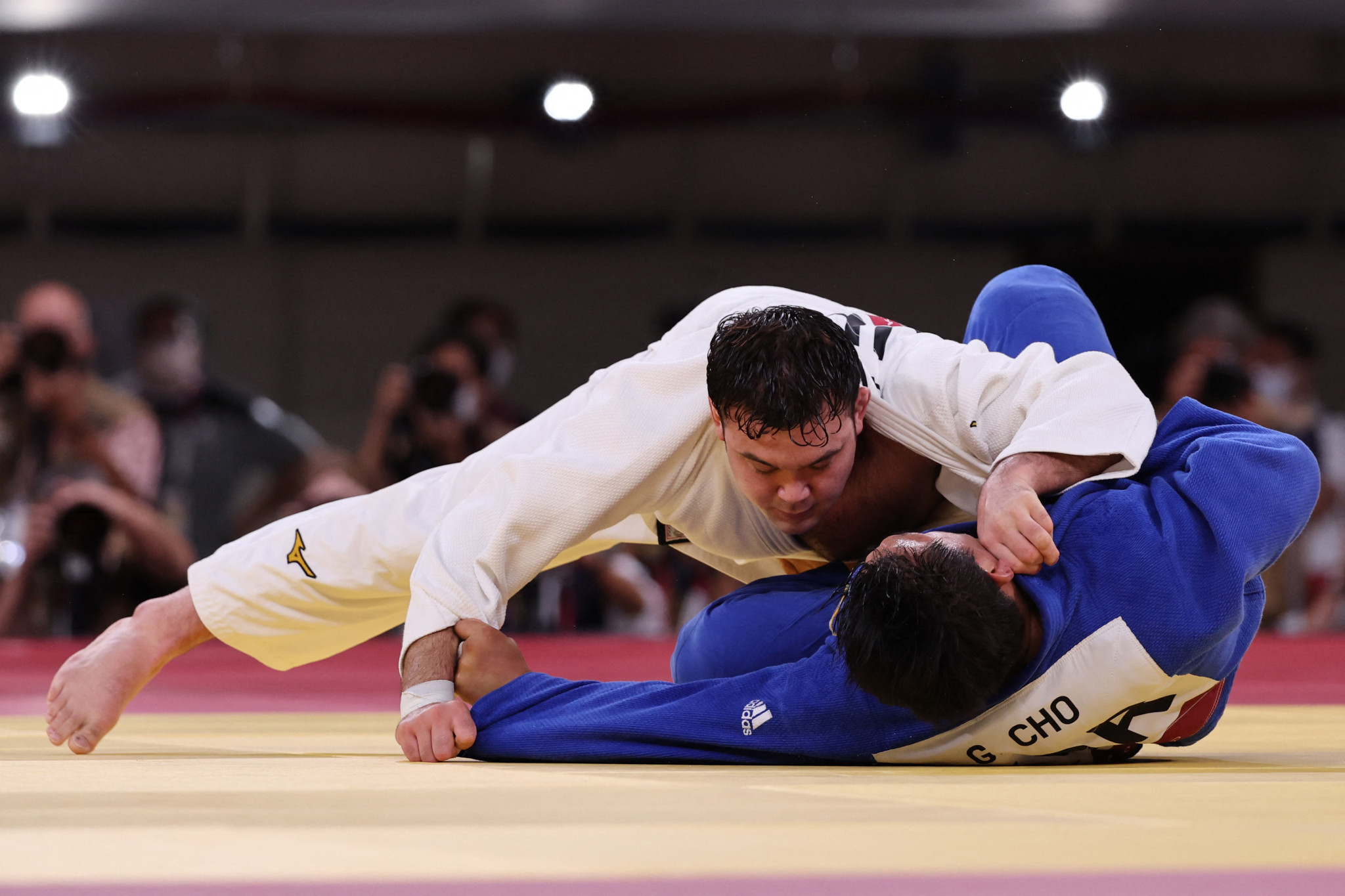 Aaron Wolf, in white, beat South Korea's Cho Gu-ham in the men's under-100kg judo final as Japan's tally of Tokyo 2020 gold medals in the sport climbed to eight  ©Getty Images