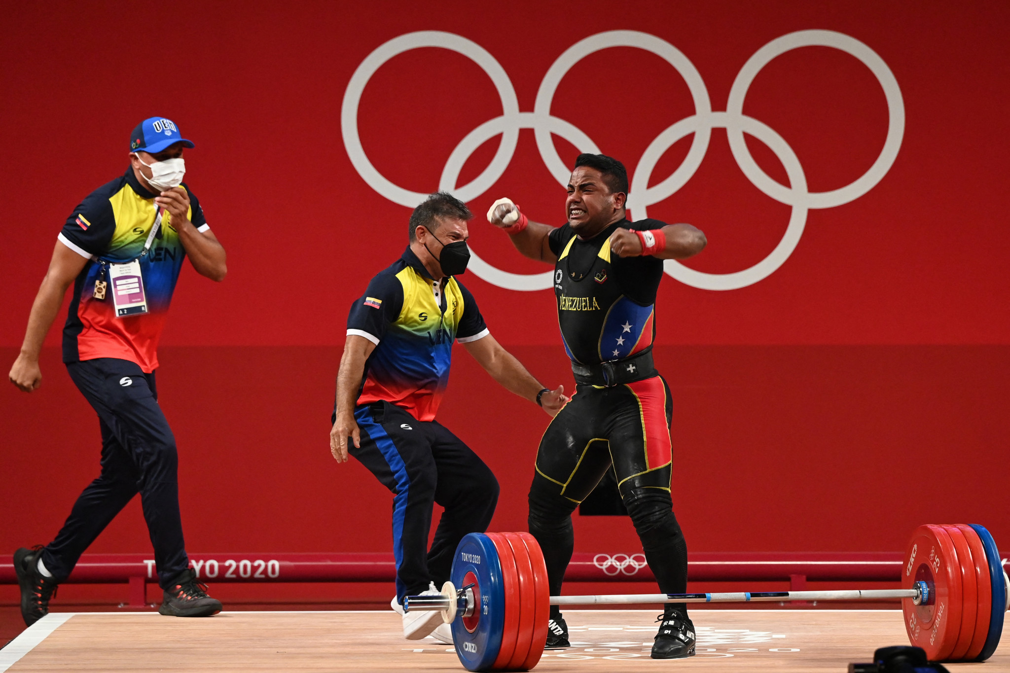 Keydomar Vallenilla celebrated wildly with his coaches before realising the 216kg lift did not count ©Getty Images