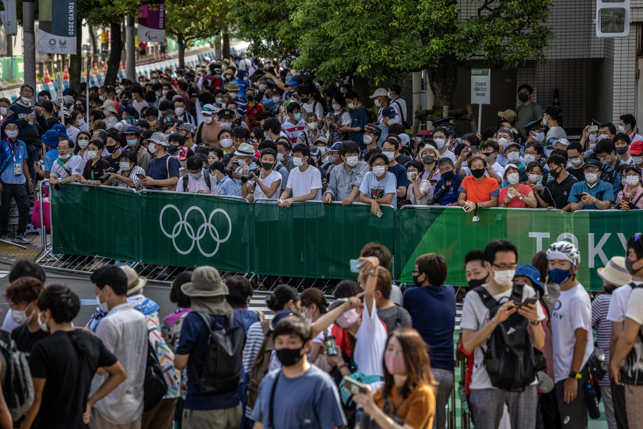 Spectators at the side of the mixed relay triathlon course at Odaiba Marine Park, a race won by Britain ©Getty Images