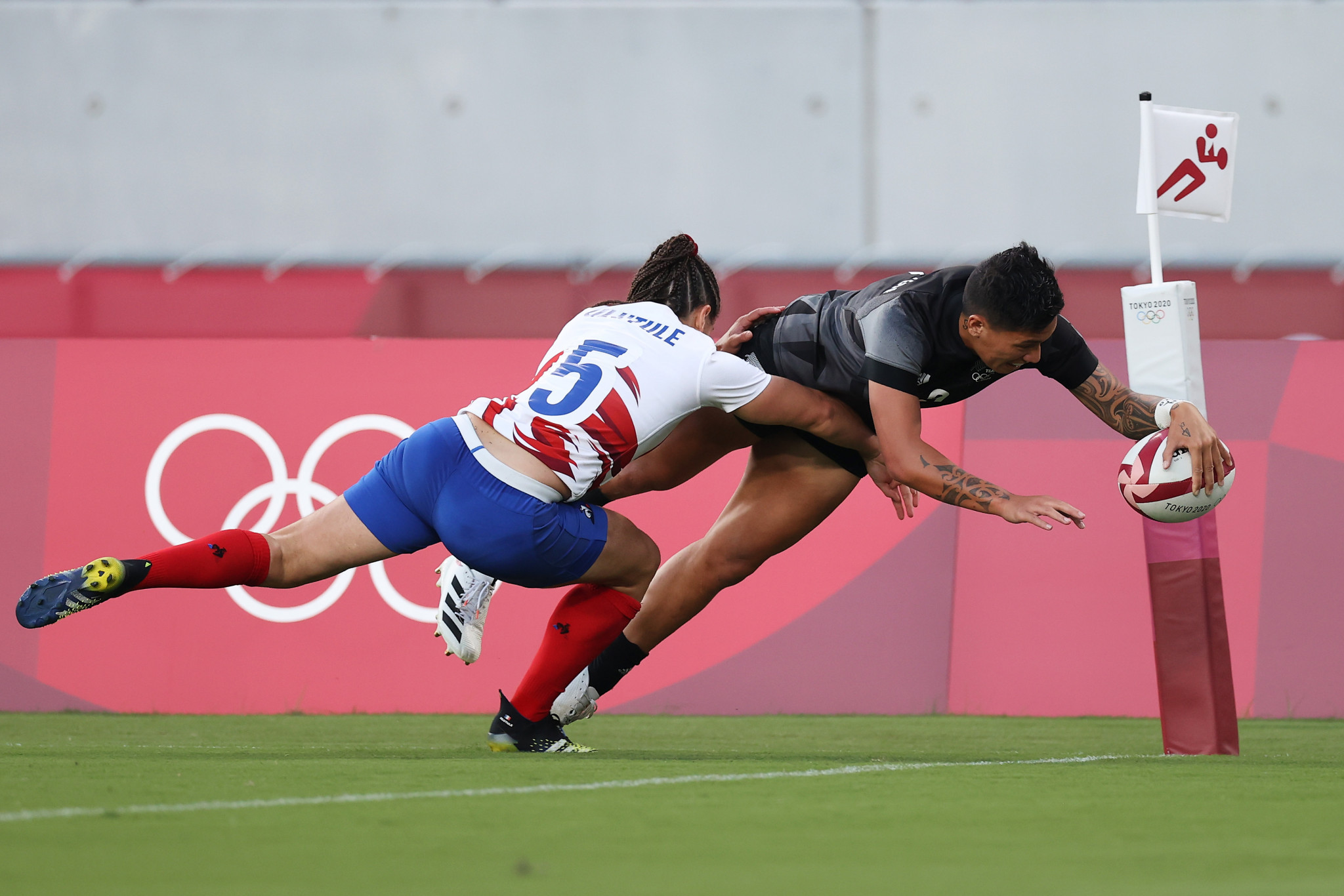 Gayle Broughton dives over for a New Zealand try en route to defeating France to win gold in the women's rugby sevens ©Getty Images