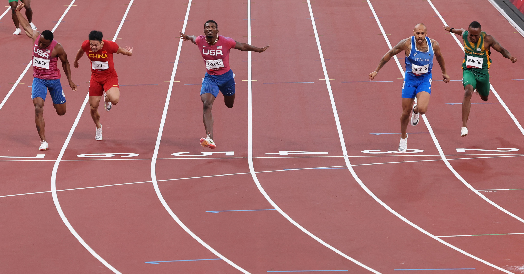 Lamont Marcell Jacobs of Italy, second right, wins the Olympic men's 100m title in a European record of 9.80sec ©Getty Images