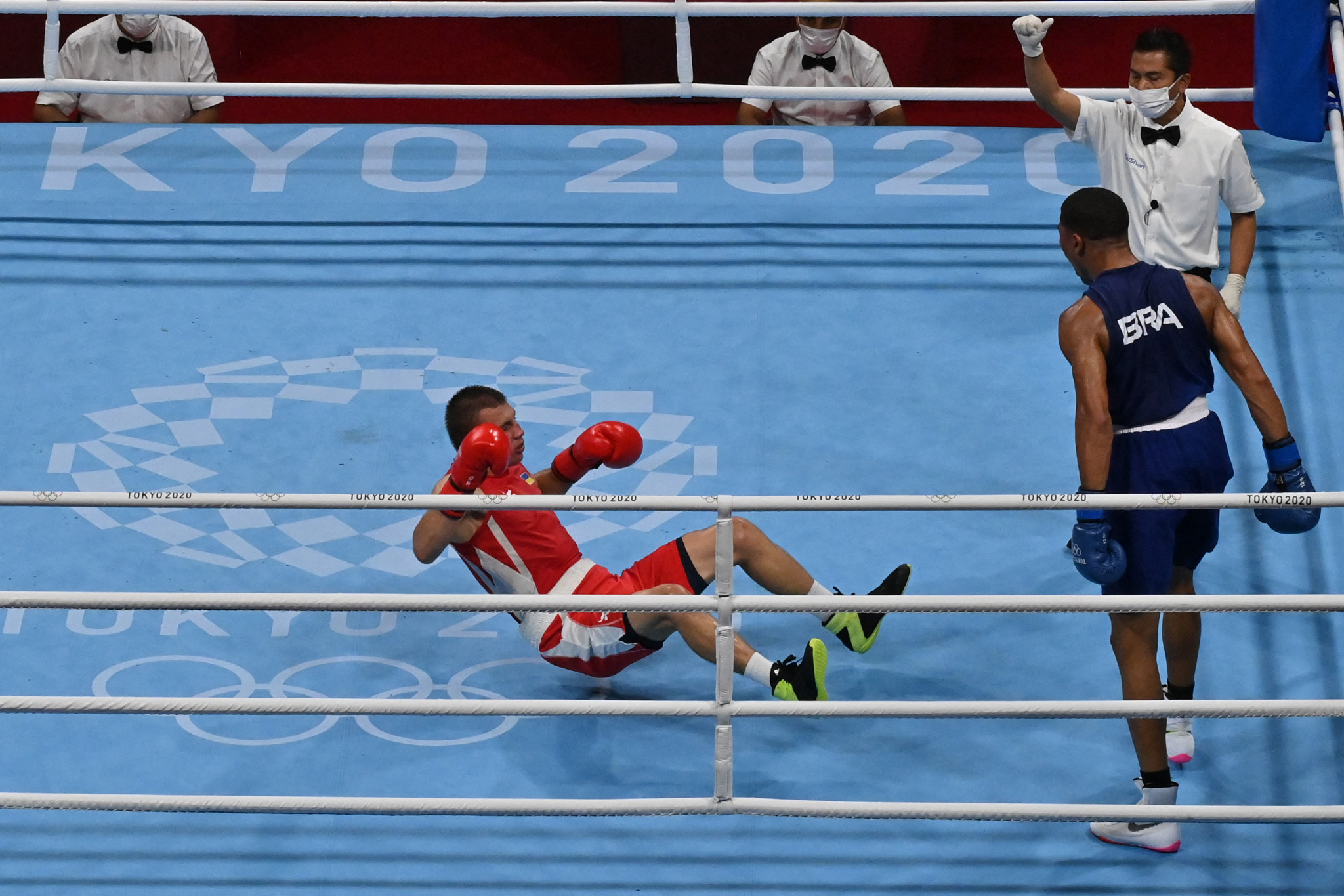 Sousa strikes knock-out blow to win men's middleweight boxing gold at Tokyo 2020