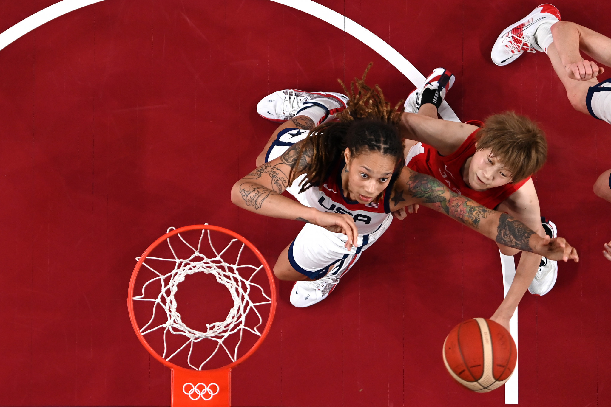 The United States, playing in white, won their seventh straight women's basketball title by beating hosts Japan ©Getty Images