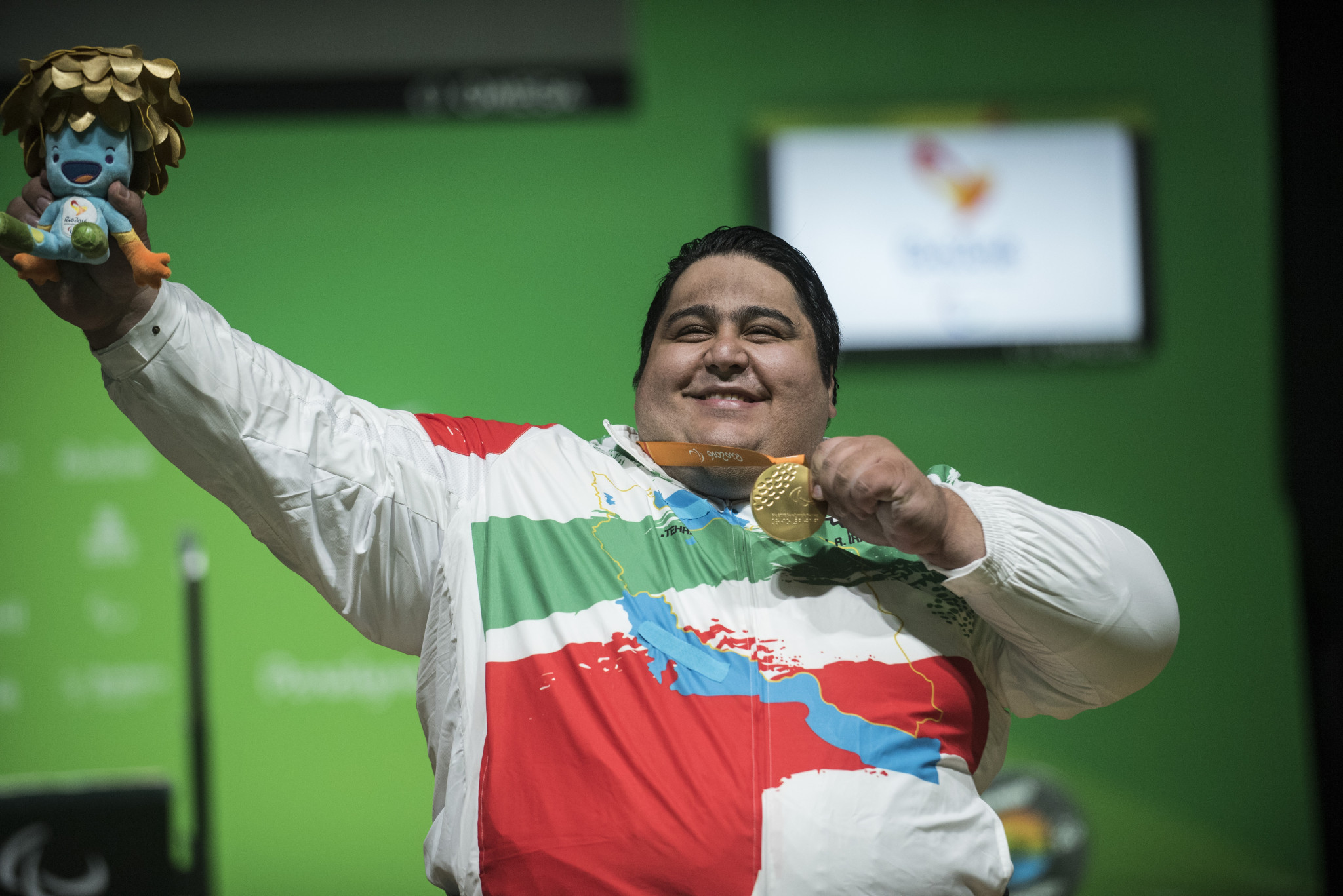 Powerlifter Pourmirzaei unveils image of late Rahman in emotional medal ceremony