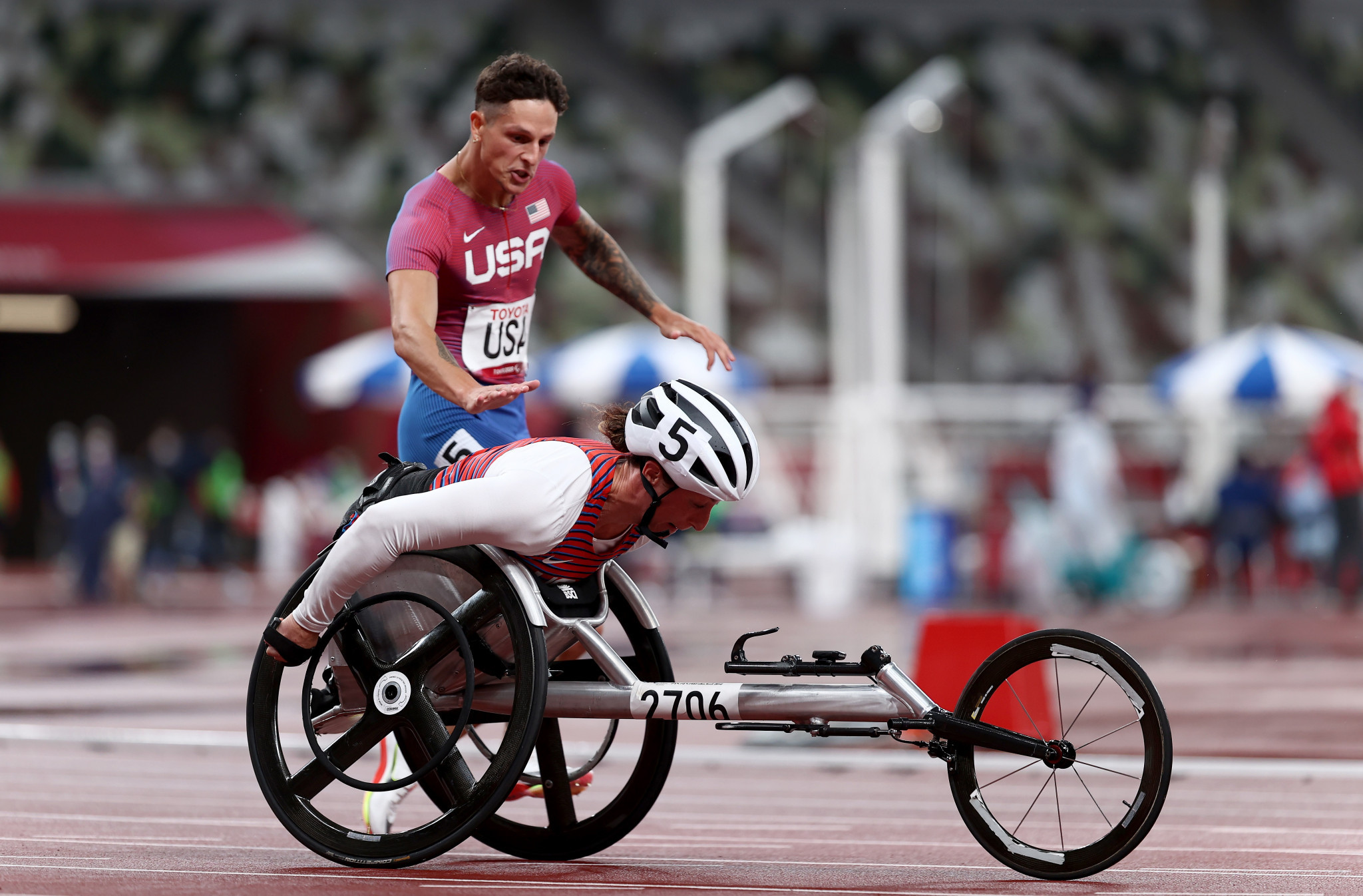 Nick Mayhugh delivered the baton to wheelchair racer Tatyana McFadden in the Americans' final exchange ©Getty Images