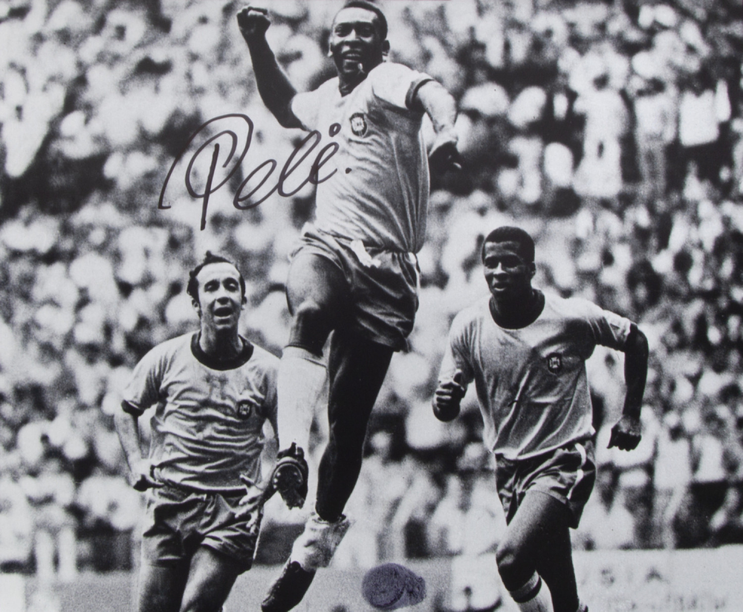 A signed photograph of Pelé celebrating his goal in Brazil's 4-1 victory over Italy in the 1970 FIFA World Cup final will be among items at the auction ©Julien's Auctions