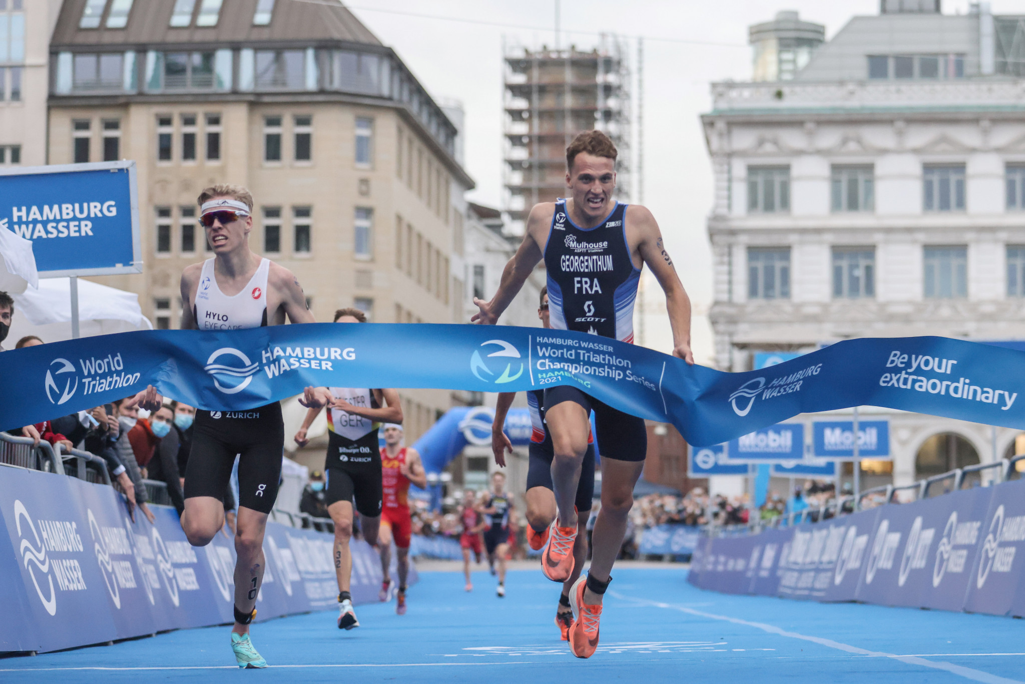 Hellwig wins sprint finish in World Triathlon Series thriller as first six separated by six seconds