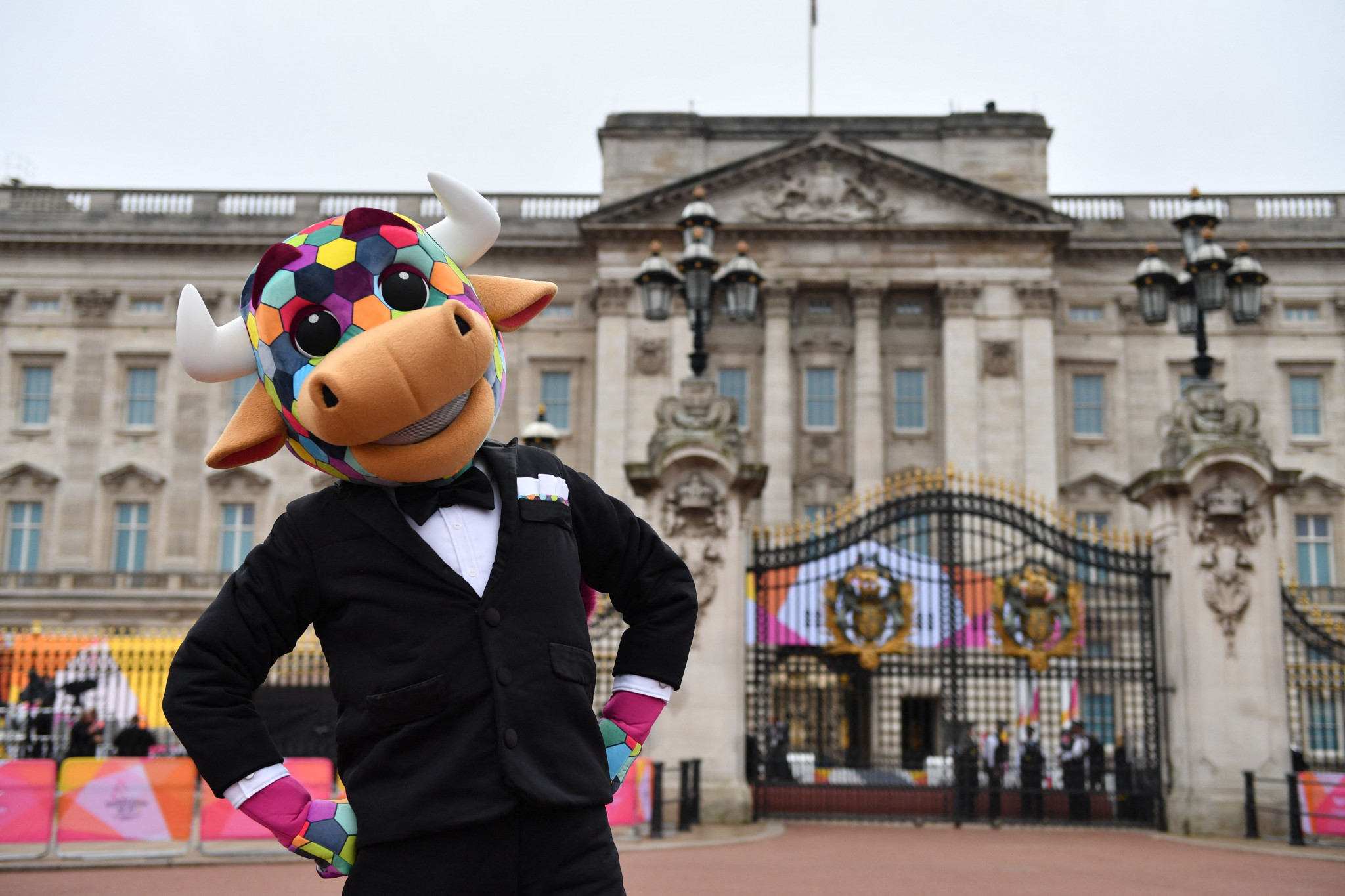 Birmingham 2022 mascot Perry was among the interested spectators at Buckingham Palace ©Getty Images