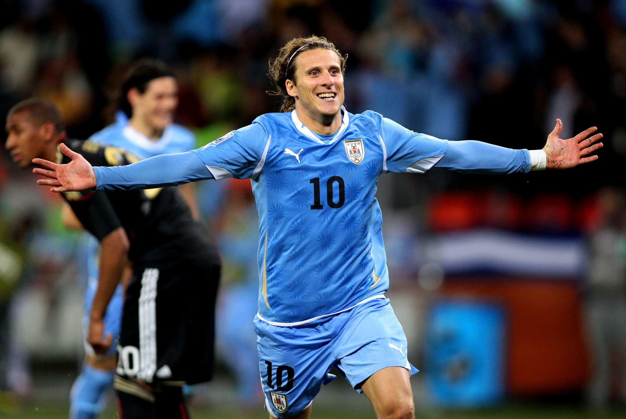 Uruguay star Forlán becomes teqball ambassador after gift of table