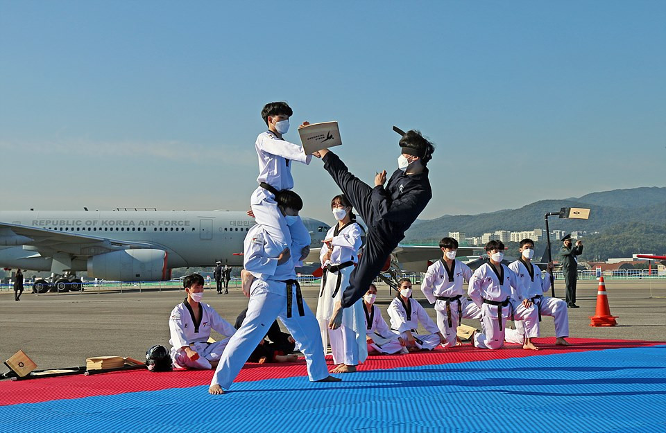 World Taekwondo demonstration team performs at Seoul exhibition