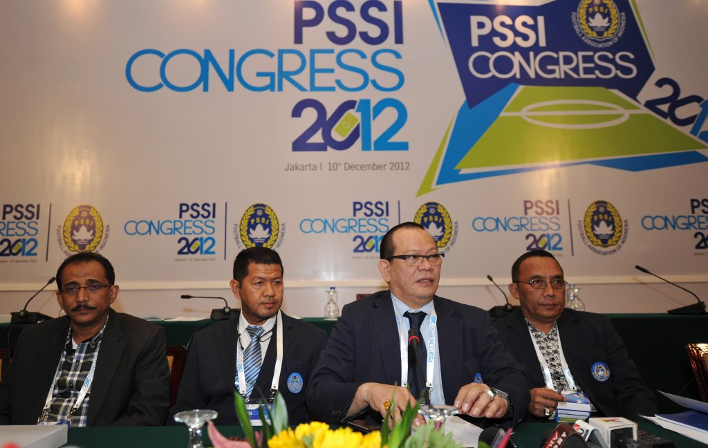La Nyalla Matalitti (second right) speaking at a PSSI press conference in 2012 ©AFP/Getty Images