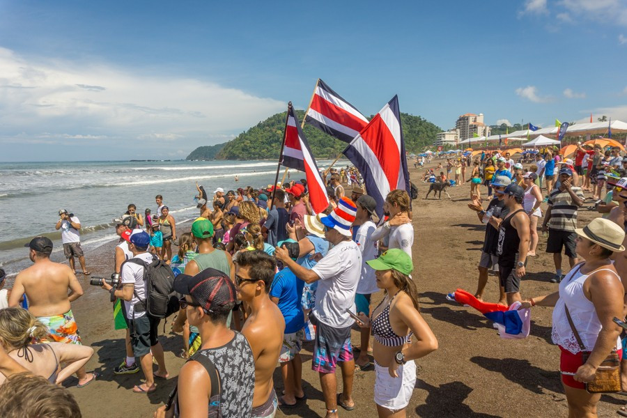 The local Costa Rican crowd cheer on their surfers water ©ISA
