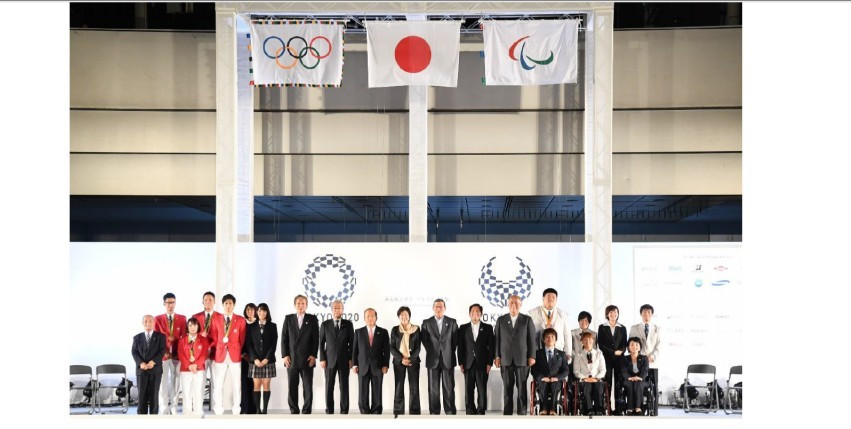 The Paralympic flag, which arrived in Tokyo today, is now hanging alongside the Olympic one following the end of Rio 2016 ©Getty Images