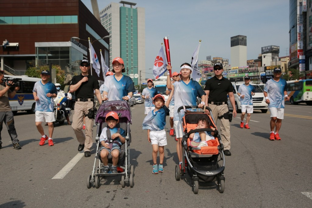 Choi Hae-won and Moon Jang-sook ran with their children in strollers in Cheonan