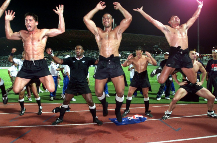 Jonah Lomu (front centre) shows the joy of sevens as he leads New Zealand in a post-match haka after beating favourites Fiji to win the first Commonwealth Games title in 1998 ©Getty Images