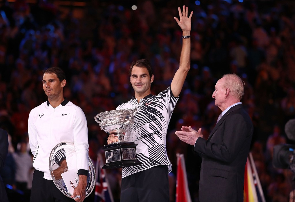 Roger Federer, centre, poses alongside Rafael Nadal, left, following their epic dual ©Getty Images