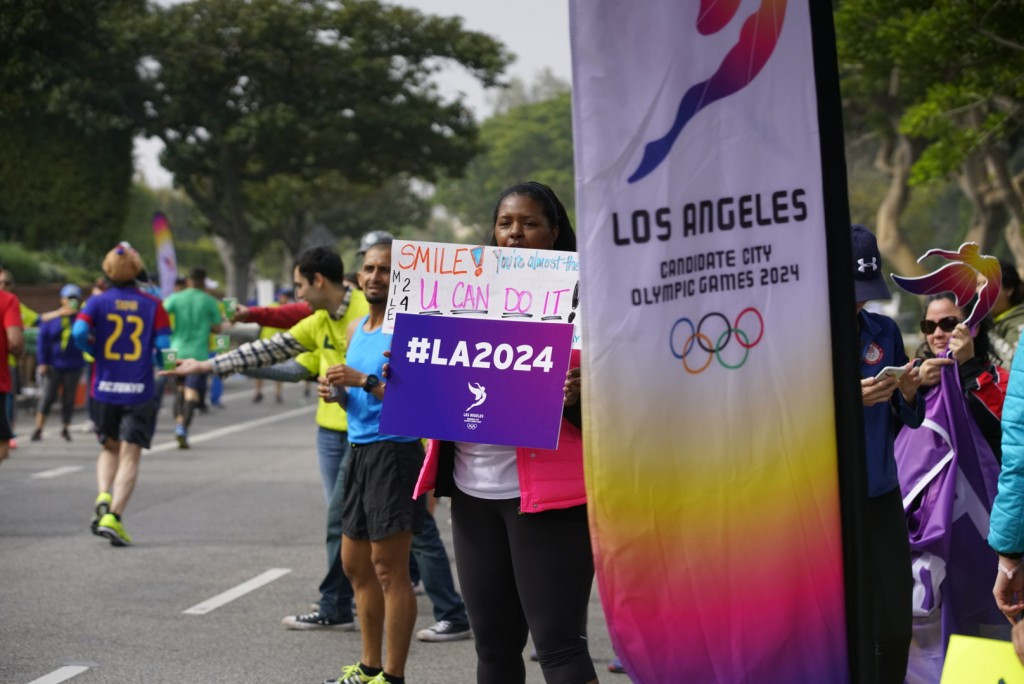 Volunteers from Los Angeles 2024 manned the drinks station at mile 24 ©Los Angeles 2024