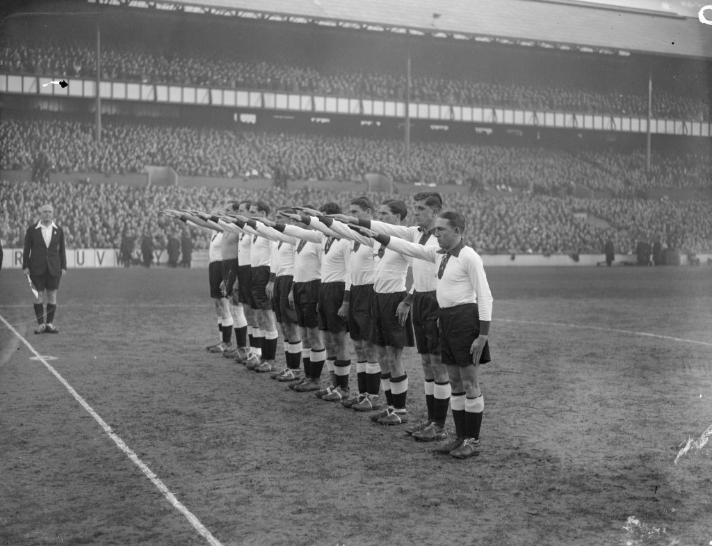 The German team give the Nazi salute at White Hart Lane in 1935  ©Getty Images