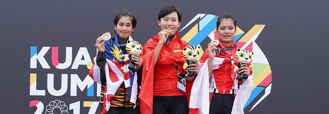 Nguyen Thi That, centre, won the women's mass start cycling race ©Kuala Lumpur 2017