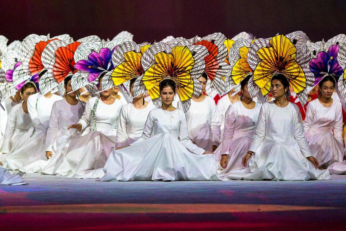 Performers' head ornaments turn into precious flower bouquets ©BalichWorldwideShows/Twitter