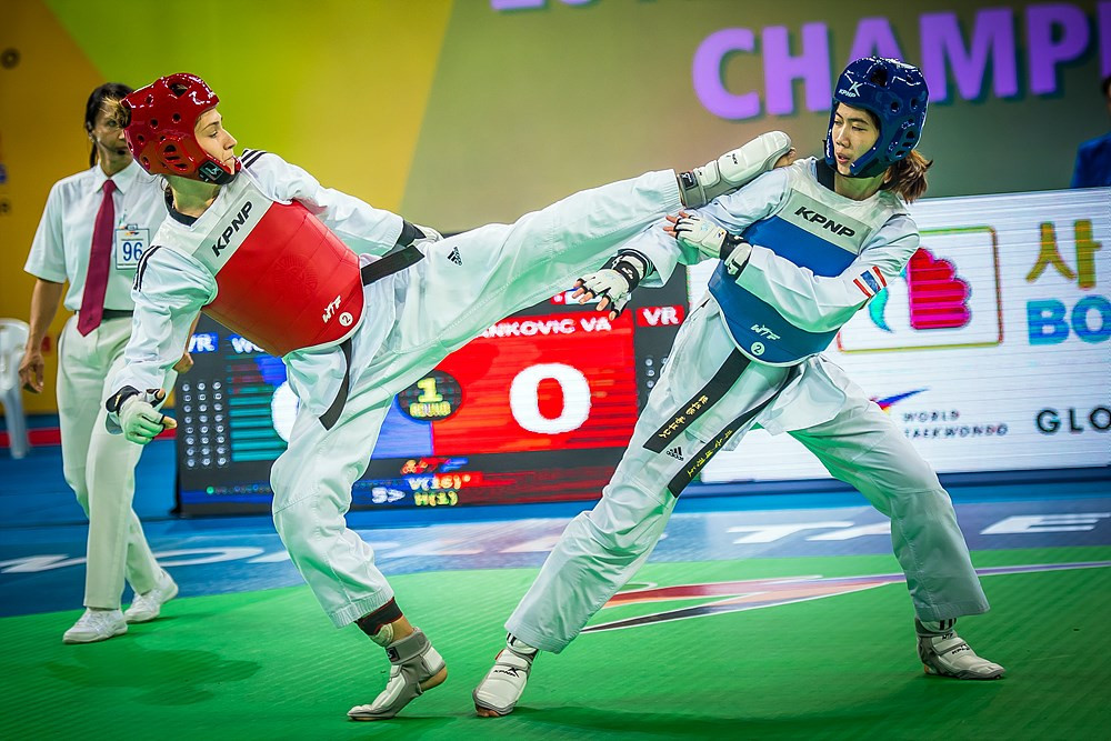 Serbia's Vanja Stanković ,in red, clinched victory at the World Championship with an impressive win over Thailand's defending champion Panipak Wongpattanakit ©World Taekwondo