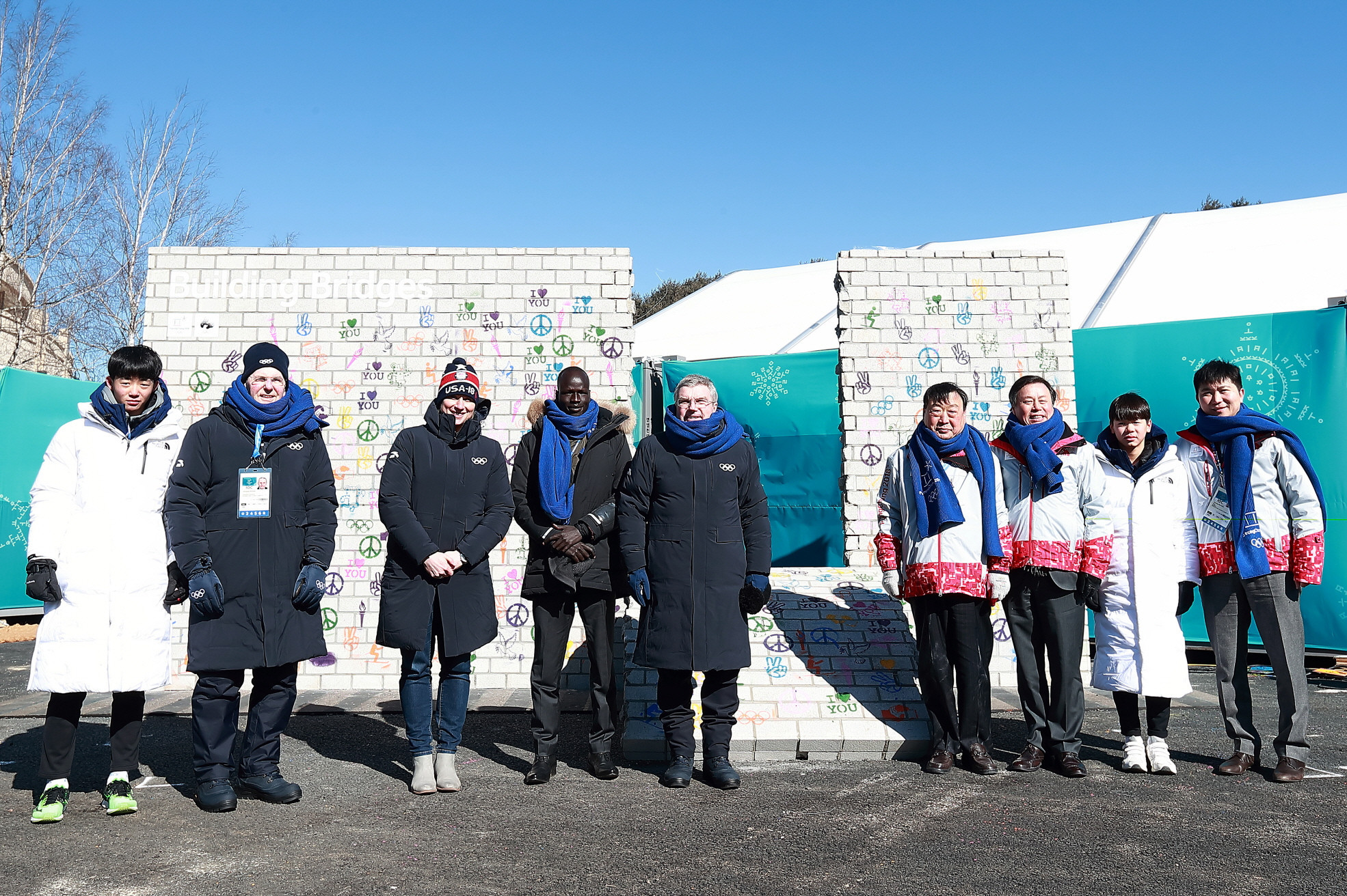 Thomas Bach, the IOC President, centre, was joined by Lee Hee-beom, the head of Pyeonchang 2018, fourth right, at the unveiling of the Olympic Truce Mural ©Pyeongchang 2018